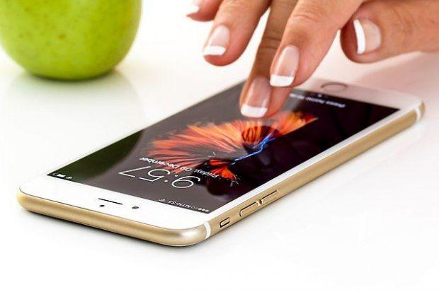 изпращане на смс, смартфон, телефон, маникюр