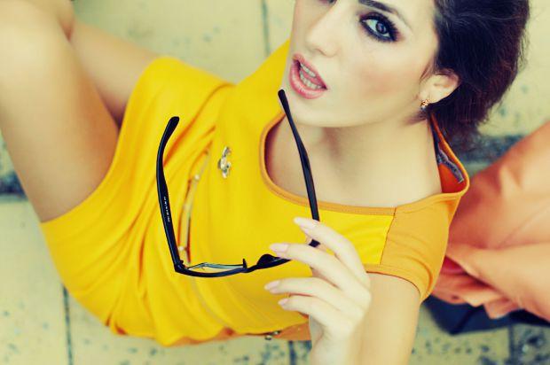 жена. жълта рокля