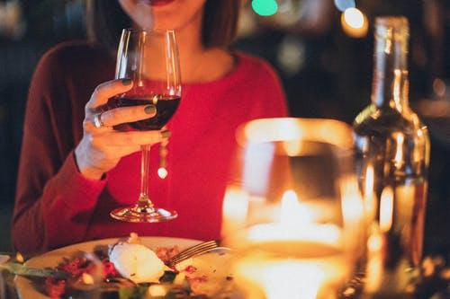 чаша вино, успокояване, жена с чаша
