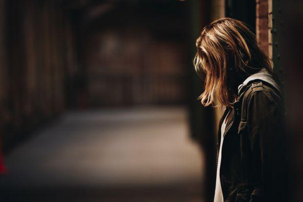тъжна жена, загуба, лишения, ограничения