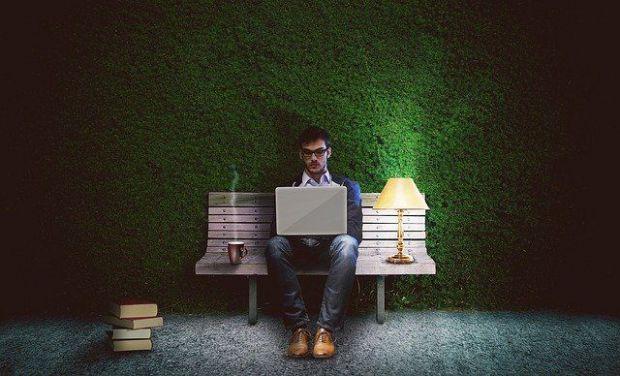 визионер, самотник, неразбран, умен, пейка, книга, очила