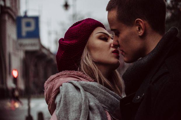 целувка, влюбени, град, мъж и жена