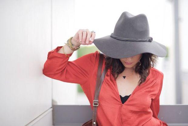 жена, независима, шапка, зодия овен
