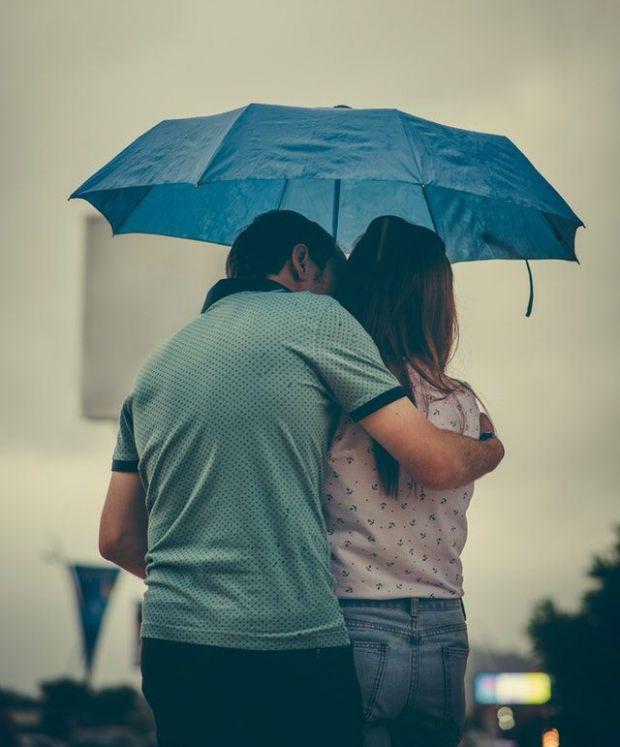 двама влюбени, чадър, нежност, споделен момент, любов
