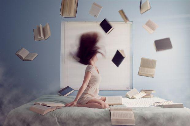 жена, книги, легло, пускам да си отиде, релакс