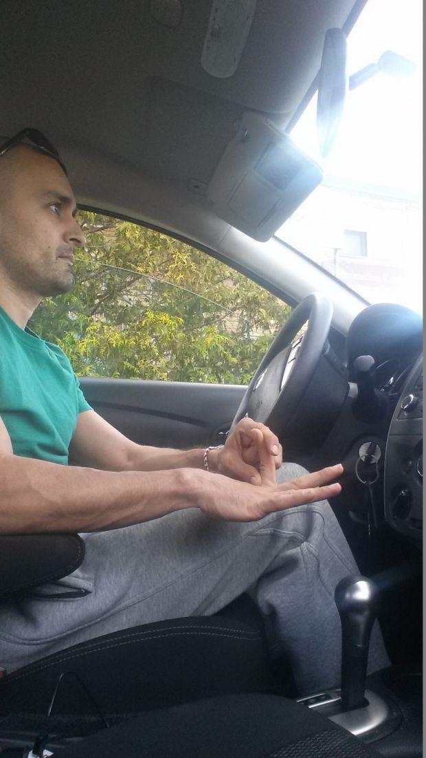 Упражнения  за пръсти, докато чакате в задръстване.