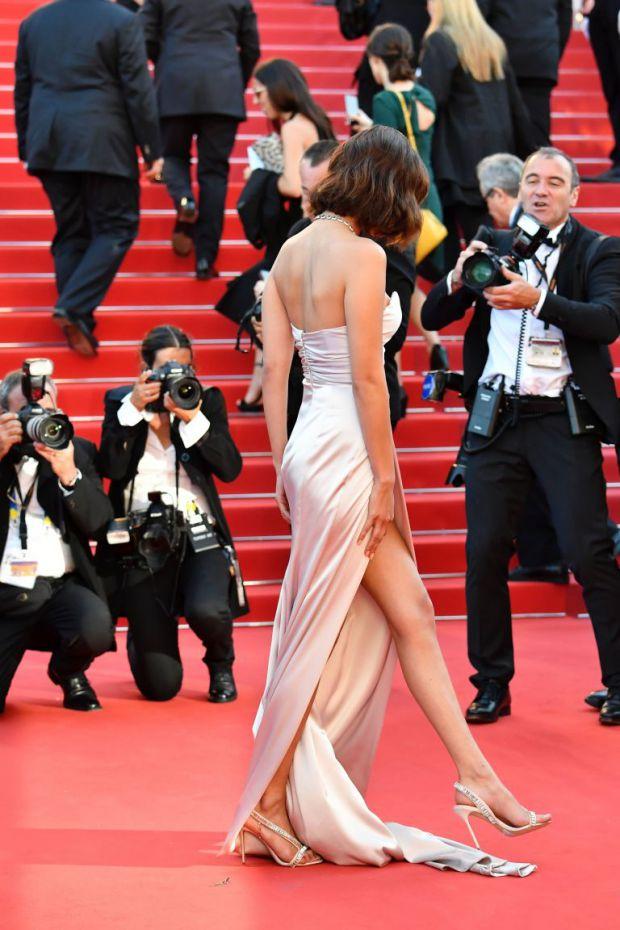 Бела Хадид с палава рокля на кинофестивала в Кан