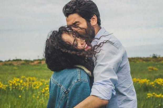 прегръдка, влюбени, двама, мъж и жена, поляна