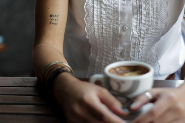 жена, кафе