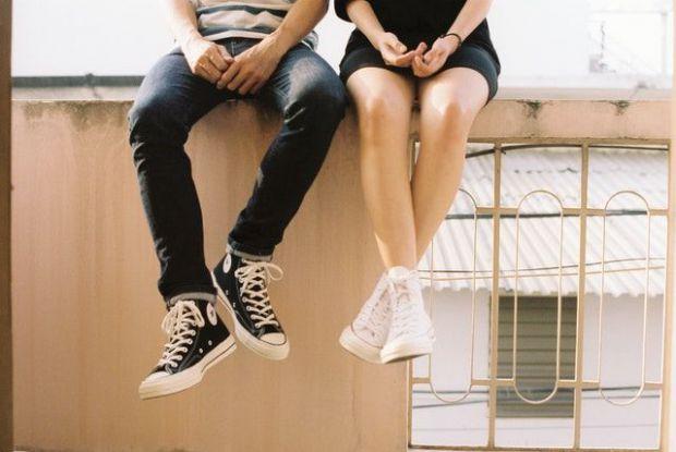 двама, влюбени, овен, крака, дънки, маратонки