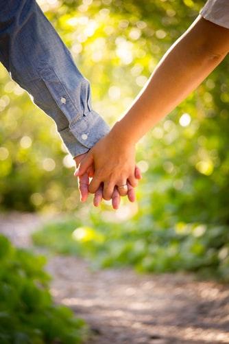 ръце, двама, сключени пръсти, любов, близнаци