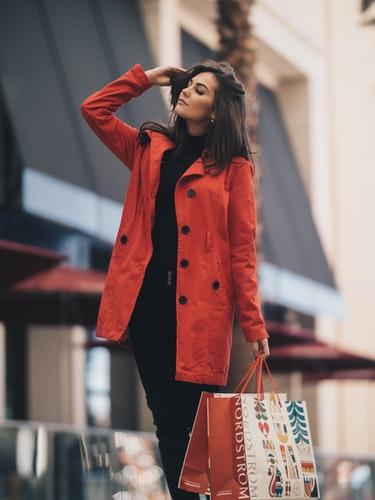 шопинг, естетика, купуване, жена, червен шлифер, чанти
