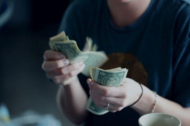 ръце, пари, бюджет, харчене, спестяване