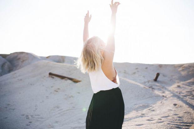 жена, щастлива, свободна, не на контрола, вселена