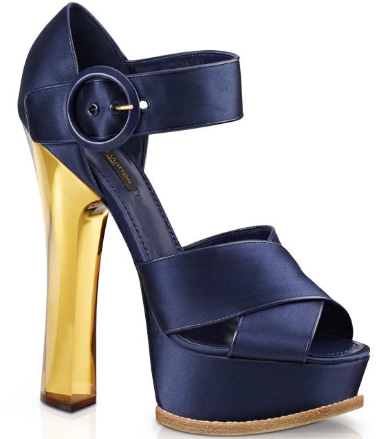 d6bc1a25c38 На този тоалет определено отиват свежи и женствени дизайни обувки, като  лично нейният избор залага са модел сандали от круизната колекция за 2013-та  на ...