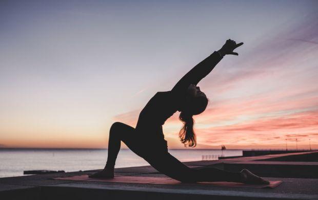 йога, жена, баланс, залез, море, себеусъвършенстване