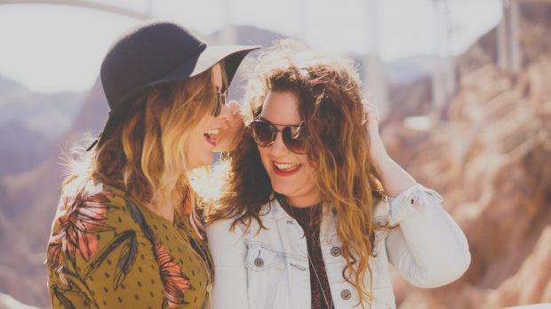 комуникация, нов начин, две жени, приятелки, смях, забавление