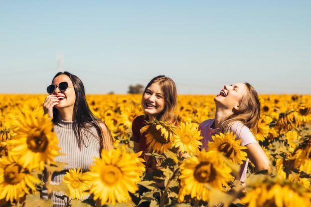 жени, приятелки, слънчогледи, щастие, усмивки
