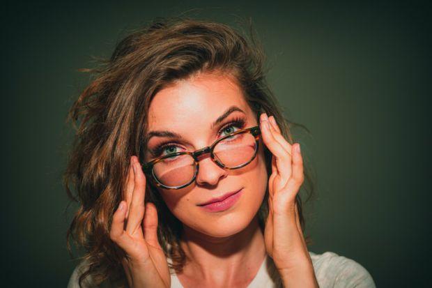 умен, разумен, обмислен ход, жена, очила