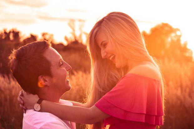 разтърсваща любов, крайности, отдаденост, двама, прегръдка, залез