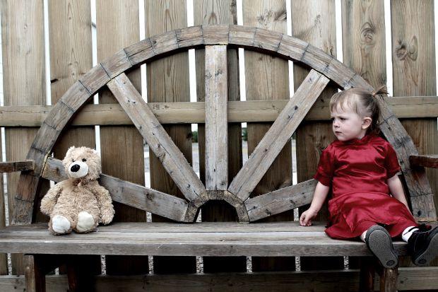 Малко момиченце с плюшено мече