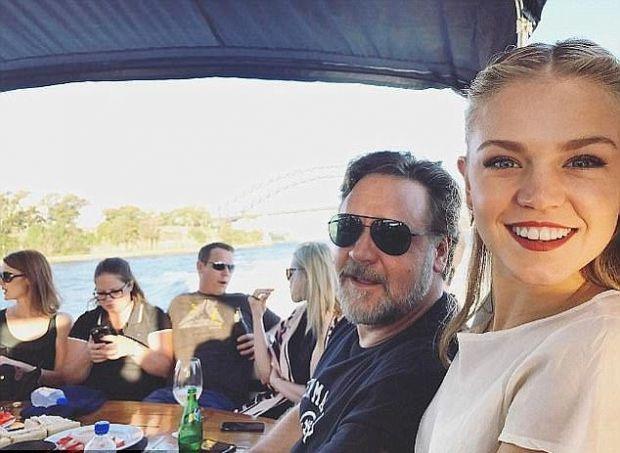 Ръсел Кроу и 22-годишната София Форест заедно на екскурзия