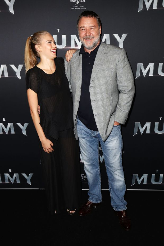 Ръсел Кроу с 22-годишната София Форест