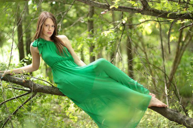 Жена със зелена рокля.