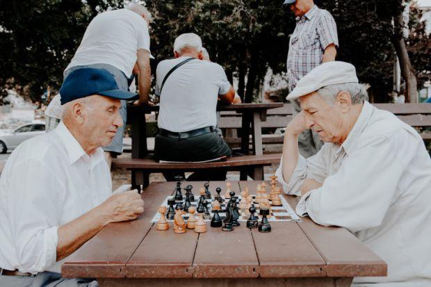 зодия близнаци, стари хора, играят шах, пенсионери