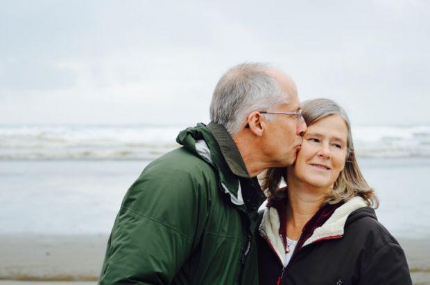 възрастни хора, море, брях, целувка, заедно