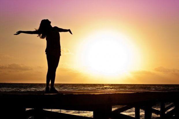 човек, успешен, свободен, истински нужди, залез, бряг на море