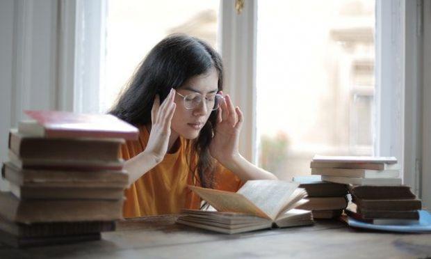 фокусираме, планираме, изчакваме, жена, книга, очила