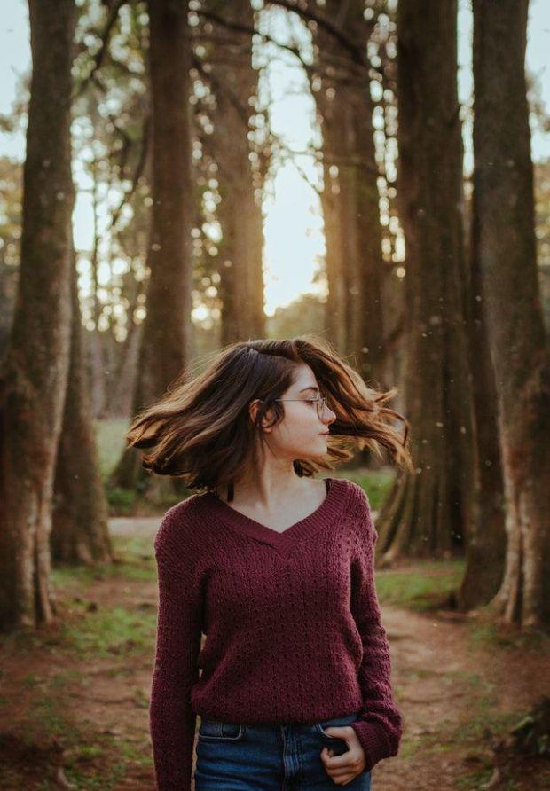 самоувствие, увереност, жена, коса, пуловер, гора, върви