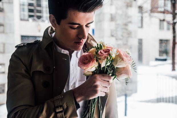 мъж с букет цветя