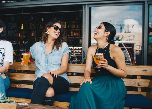 две, жени, пейка, разговор, усмивка, любезна