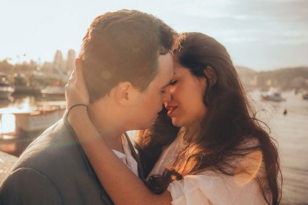 целувка, влюбена двойка