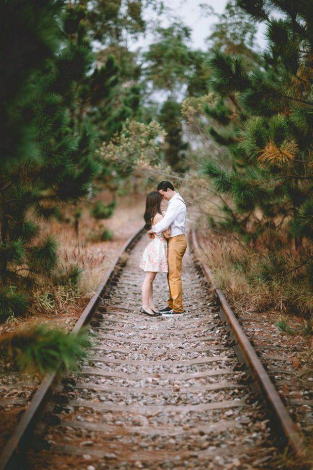 двама, влюбени, релси, влак, гора