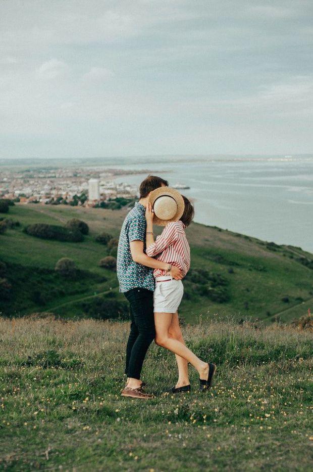 двама, влюбени, близо, поле, равнина, планина, заедно