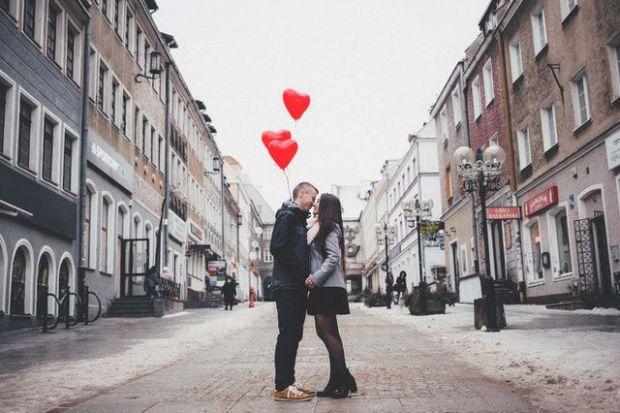 двама, влюбени, балон, червен, романтика, град