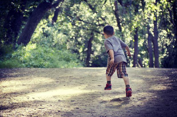 дете, тича само, тича след автобус