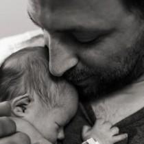 Eмоционални кадри разкриват първите мигове на бащинството