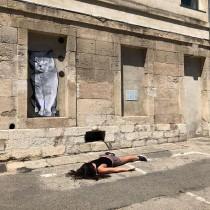 Жена се снима в поза на мъртвец пред световни забележителности