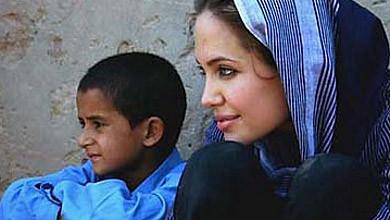Анджелина страда за Пакистан и няма приятели