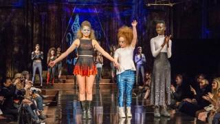 Момиче със синдрома на Даун смая Ню Йорк с модна колекция