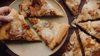 Пица с карамелизиран лук и горгонзола
