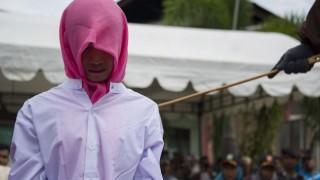 Как наказват хомосексуалистите в Индонезия