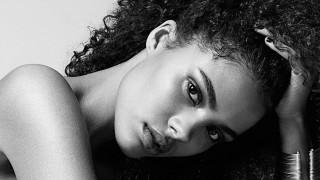 20-годишното гадже на Венсан Касел се снима без бельо