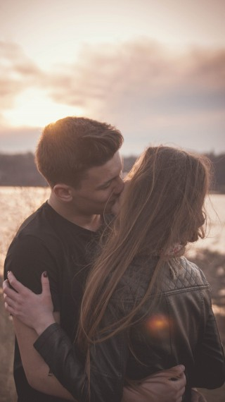 Защо накланяме главата си надясно, когато се целуваме?
