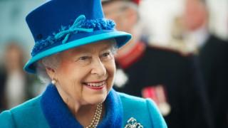 Защо Елизабет II носи пари само веднъж седмично