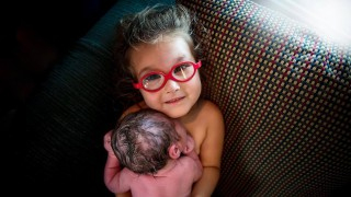 3-годишно момиченце изроди братчето си